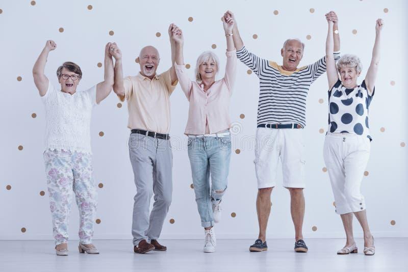 Ancianos que llevan a cabo las manos fotos de archivo