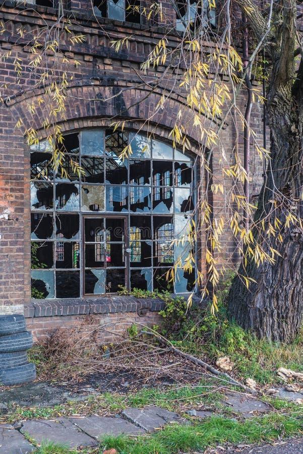 Ancien bâtiment industriel abandonné avec fenêtres cassées images libres de droits