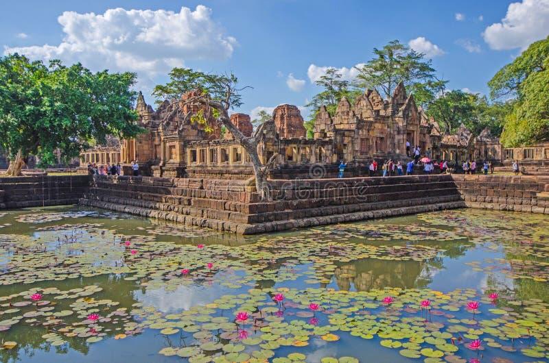 Ancien château de pierre avec touristes et réflexion dans un étang de nénuphars photos stock