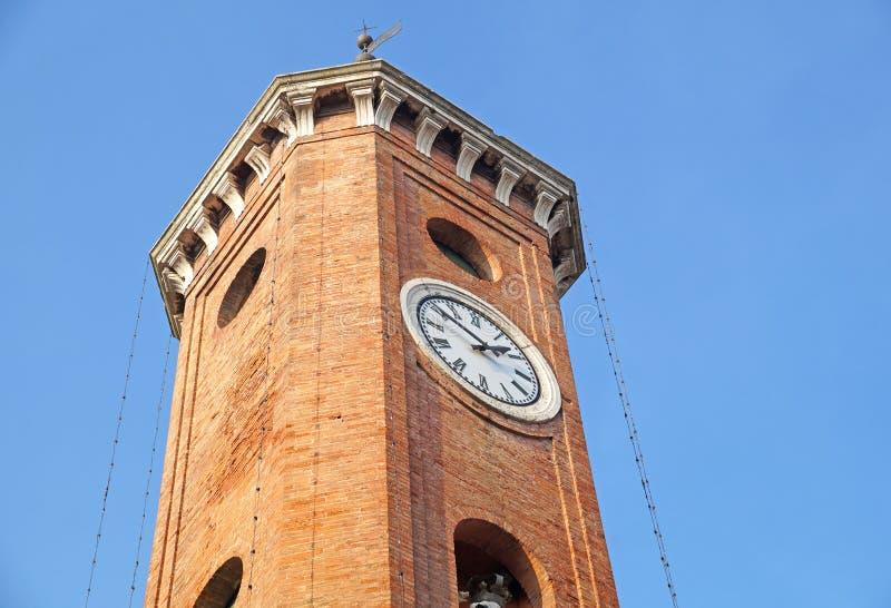 ancien klokketoren in de de oude steen en klok van Italië Europa royalty-vrije stock afbeeldingen