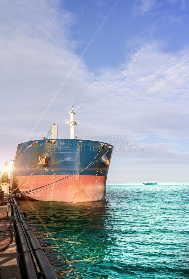 Ancien navire amarré à côté d'un chantier naval photographie stock