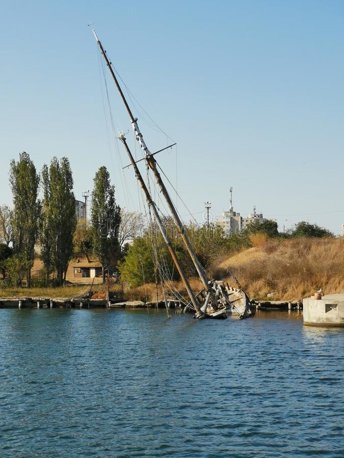 Ancien navire en faillite en mer - ancien navire en toile images libres de droits