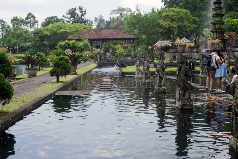 Ancien palais royal de l'eau de Tirta Gangga et touristes de marche photo libre de droits