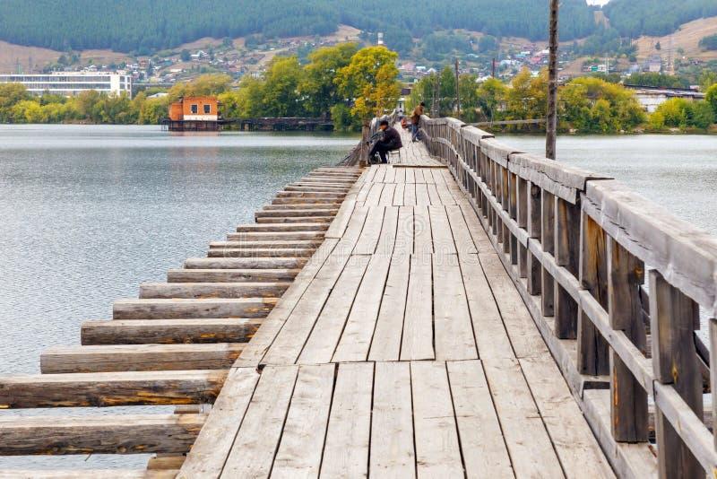 Ancien pont piétonnier en bois Beloretsk image libre de droits