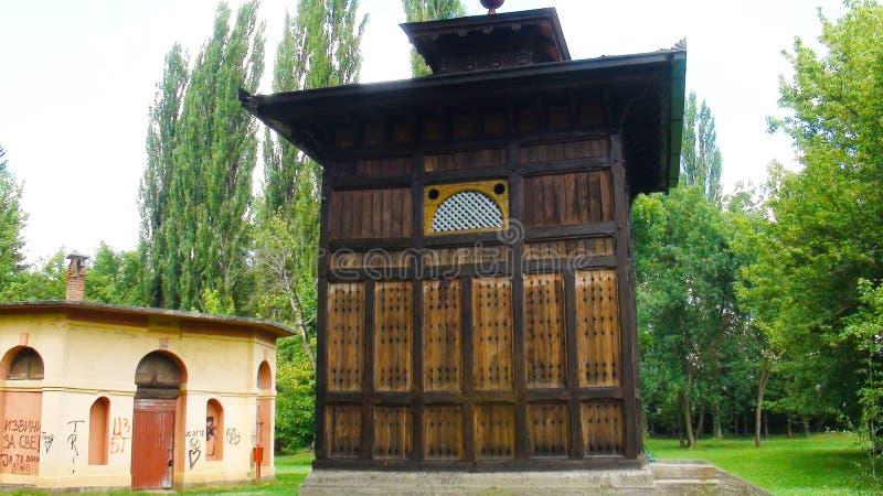 Ancien puits avec eau minérale dans le beau centre de bien-être Banja Koviljaca photos stock