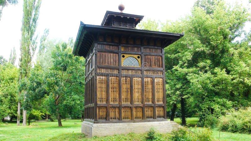Ancien puits avec eau minérale dans le beau centre de bien-être Banja Koviljaca photographie stock