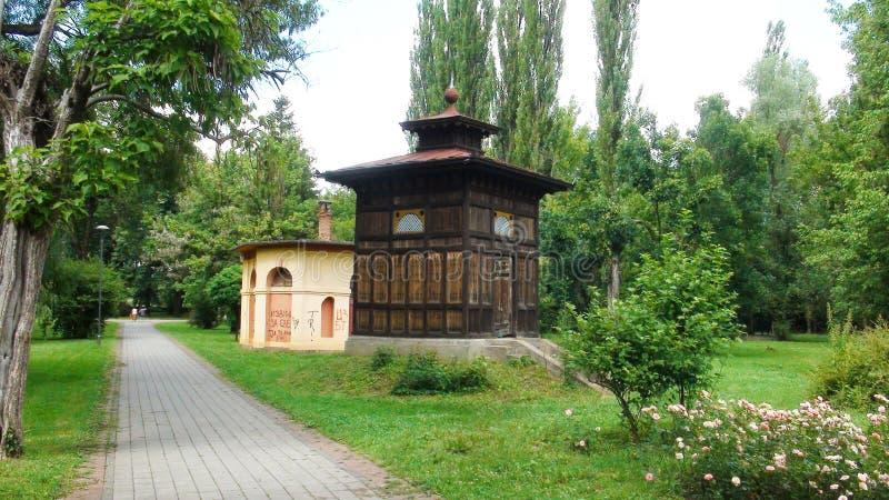 Ancien puits avec eau minérale dans le beau centre de bien-être Banja Koviljaca photographie stock libre de droits