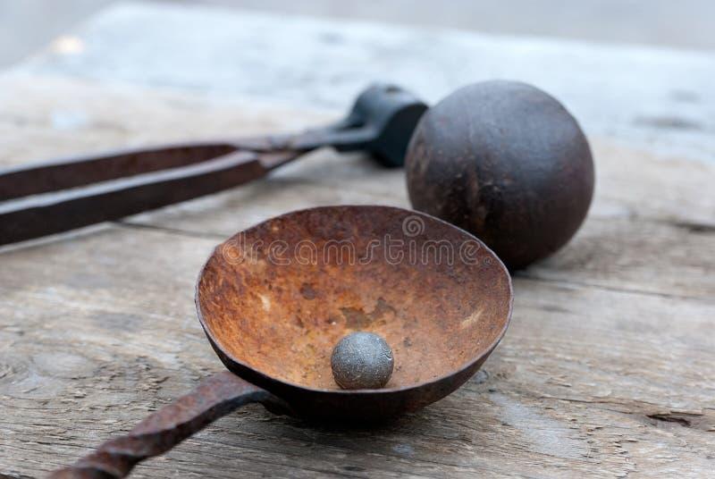Ancienne balle et boule de canon photo libre de droits