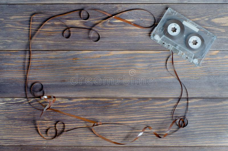 Ancienne cassette audio sur fond de bois brun. V plat images stock