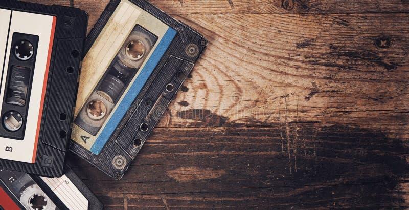 Ancienne cassette compacte à bande audio sur fond de bois photos libres de droits