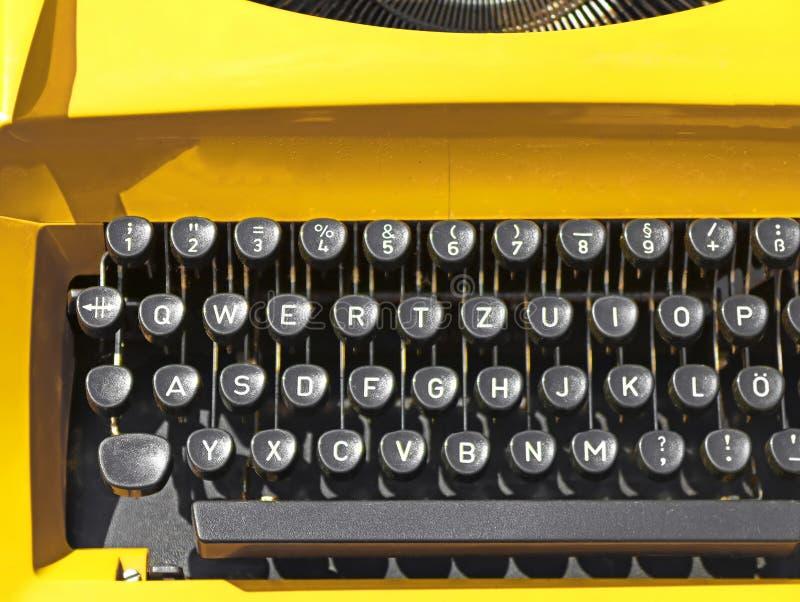 Ancienne machine à écrire jaune vintage en Slovaquie Fermer photo libre de droits