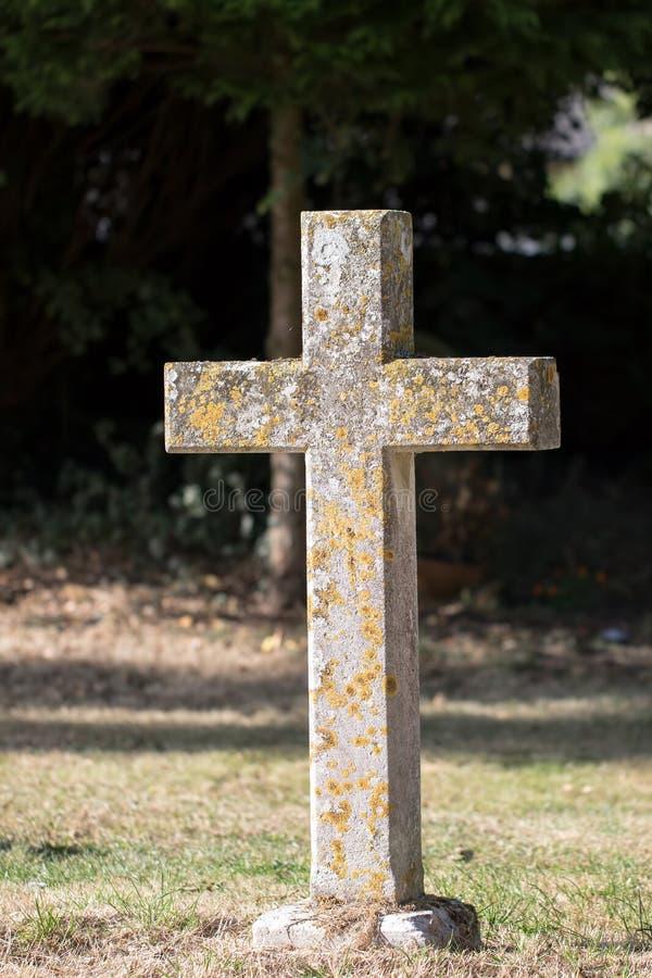 Ancienne pierre de cimetière de la croix de pierre Gravière de monument religieux dans un cimetière photo libre de droits