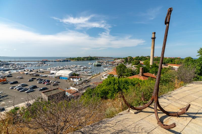 Ancient anchor over yacht marina i Sozopol, Bulgarien arkivfoto