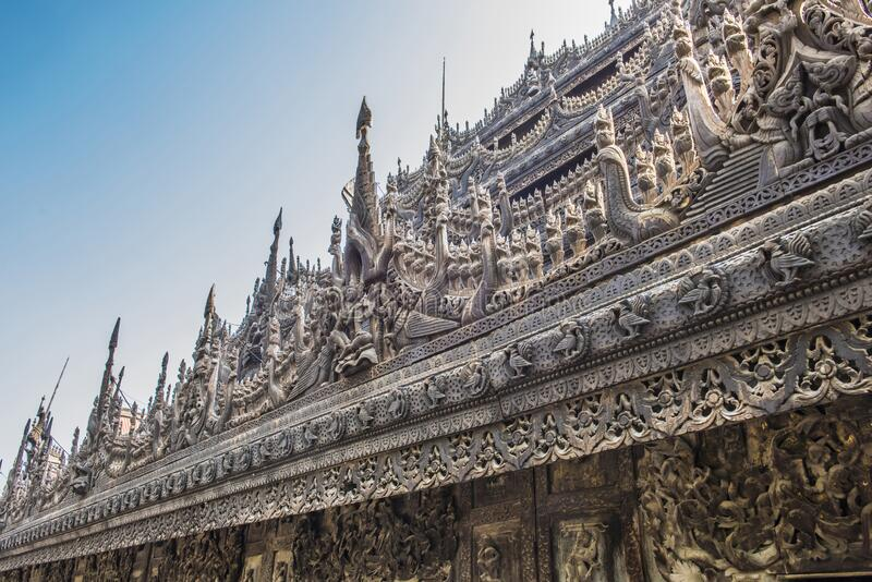 Ancient Shwenandaw Kyaung-klostret i Mandalay i Myanmar royaltyfria bilder