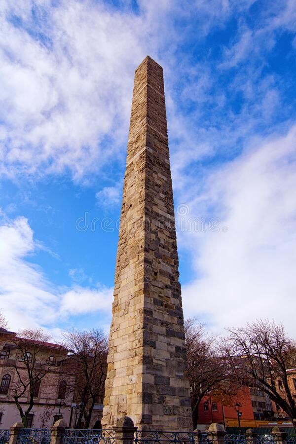 Ancient Walled Obelisk Constantine Obelisk, Masonry Obelisk i Hippodrome i Konstantinopel Dagens grumliga vinterdag royaltyfri fotografi
