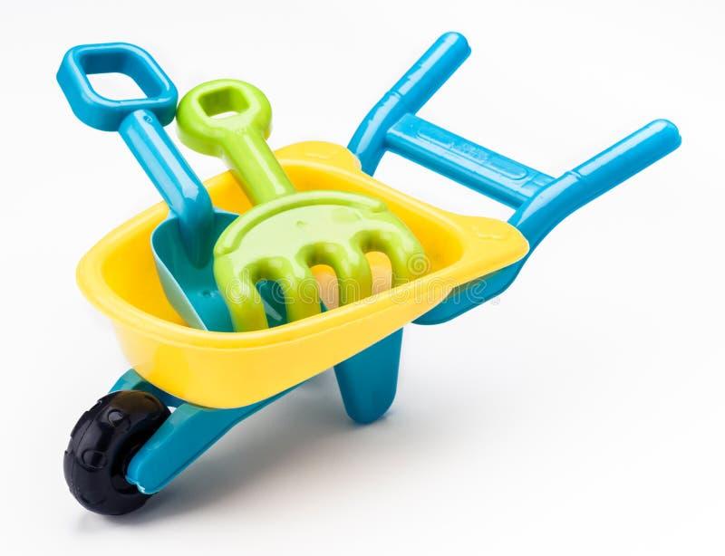 Ancinho da pá e brinquedo do carrinho de mão imagens de stock royalty free