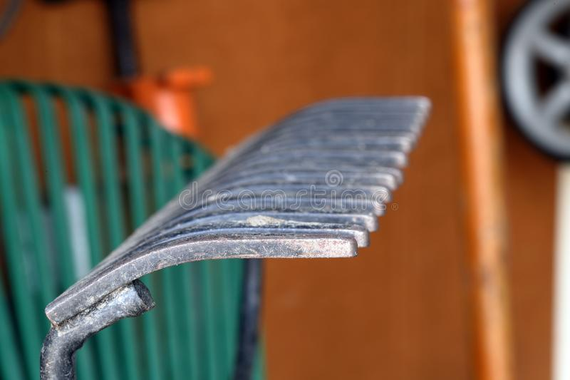 Ancinho de jardim na garagem, close-up foto de stock