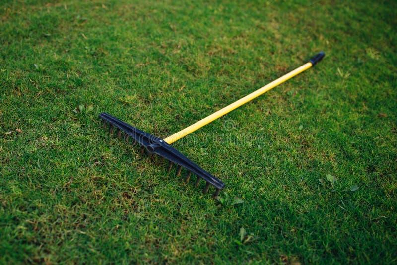 Ancinho do depósito do campo de golfe na grama verde imagem de stock royalty free