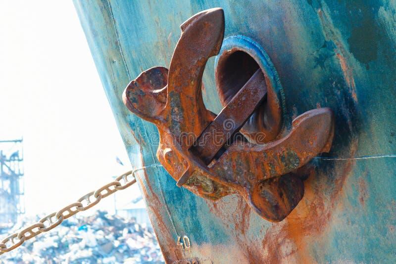 ancla de la nave en la posici?n ascendente Ancla de metales pesados en el lado de la nave imagen de archivo