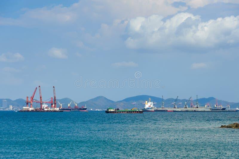 Ancla de portacontenedores a lo largo de un puerto profundo en luz del día foto de archivo libre de regalías