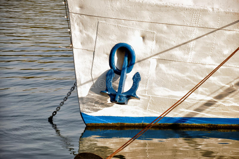 Ancla en el barco fotografía de archivo