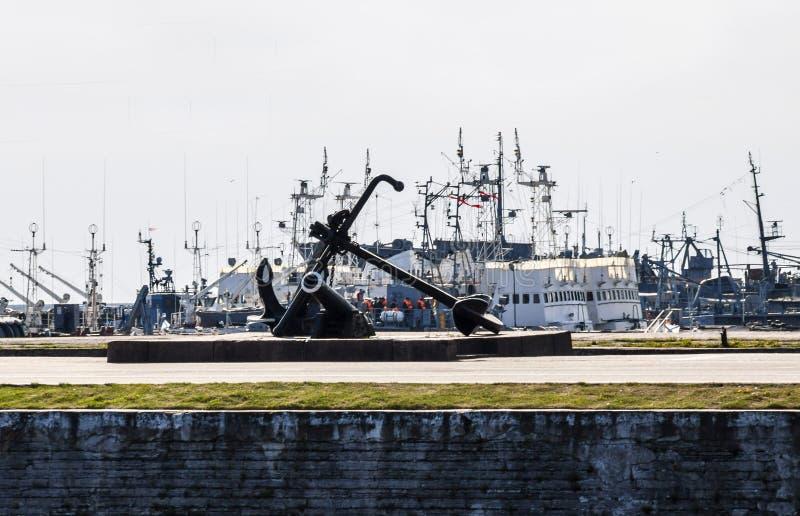 ancla en el embarcadero en el puerto de Kronstadt y colocación en las naves y los barcos, el golfo de Finlandia del RAID, fotografía de archivo