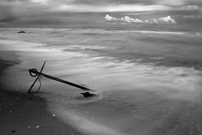 Ancla en la playa foto de archivo