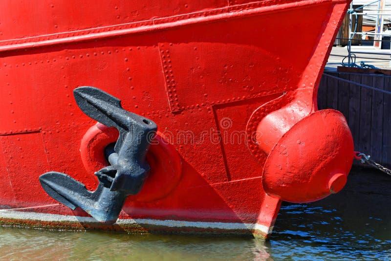 Ancla en un barco rojo imágenes de archivo libres de regalías