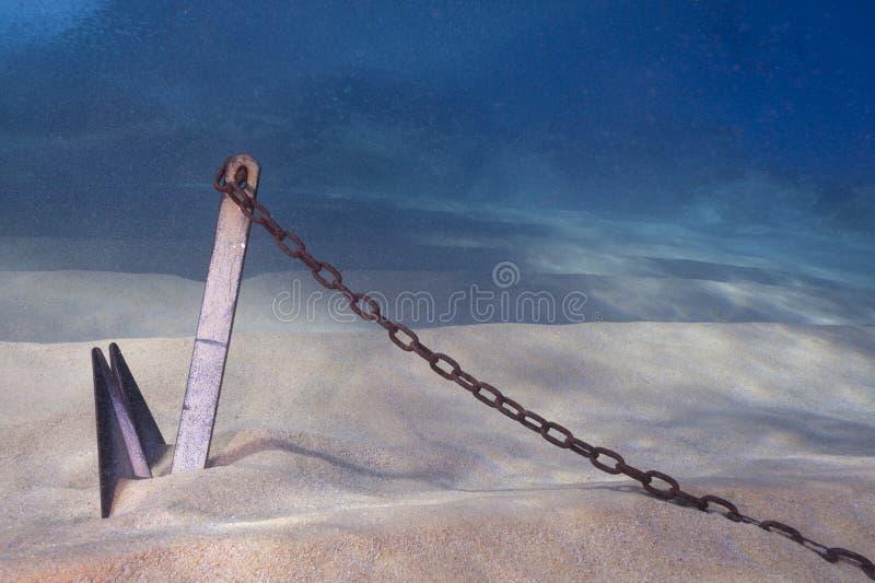Ancla enterrada en submarino de la arena fotos de archivo