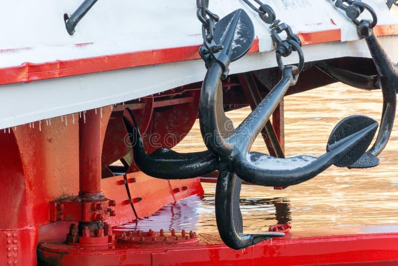 Ancla negra grande dos en el barco de cruceros fotos de archivo