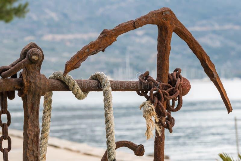 Ancla oxidada vieja como decoración cerca del mar fotografía de archivo