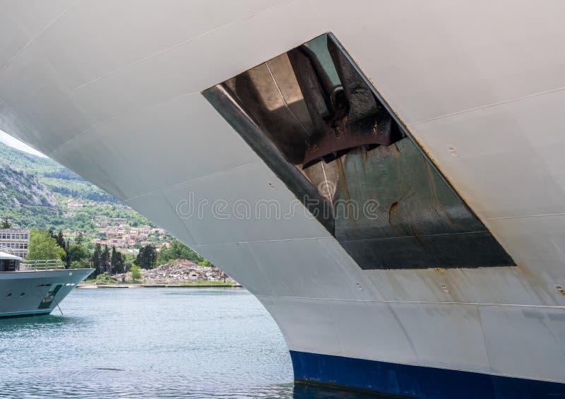 Ancla pesada en lado del barco de cruceros blanco fotos de archivo
