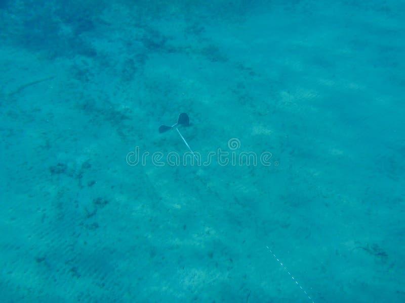 Ancla subacuática en la parte inferior del mar que sostiene el yate imagen de archivo libre de regalías