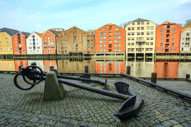 Ancla vieja del metal y edificios históricos en Strondheim, Noruega fotos de archivo libres de regalías