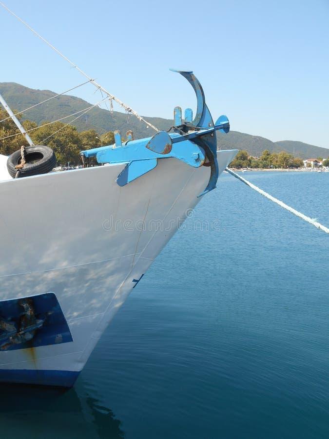 Ancla vieja que se coloca en el comienzo del barco de pesca foto de archivo libre de regalías