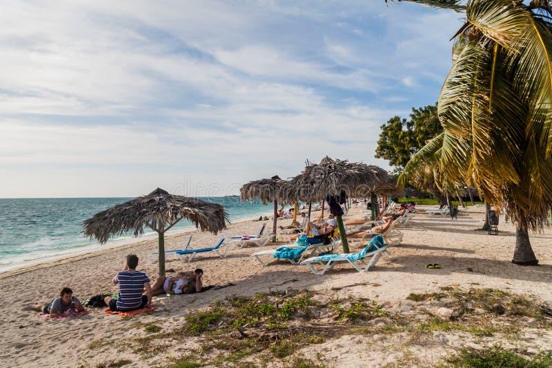 ANCON DE PLAYA, CUBA - 9 FÉVRIER 2016 : Touristes prenant un bain de soleil à la plage d'Ancon de Playa près du Trinidad, Cu image stock