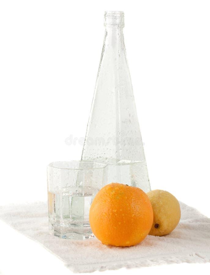 Ancora aranci di vita con la bottiglia di acqua fotografia stock
