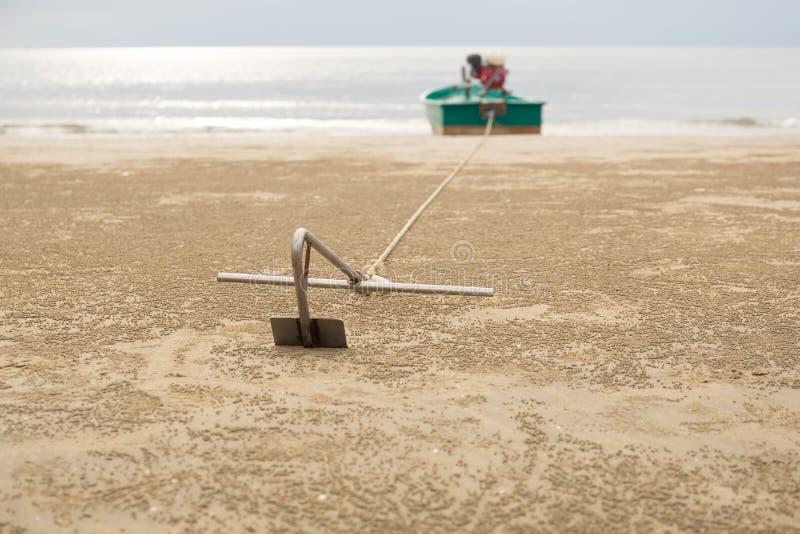 Ancora dalle barche sulla spiaggia sabbiosa immagine stock