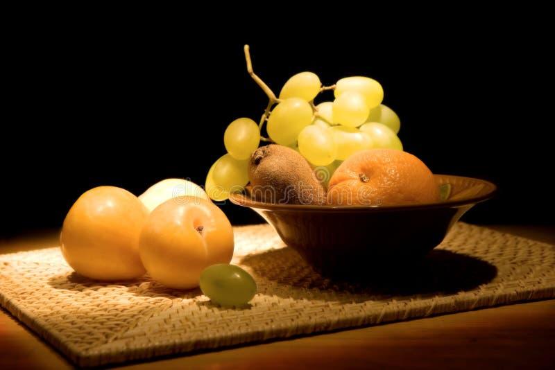 Ancora-vita con frutta in un vaso fotografia stock