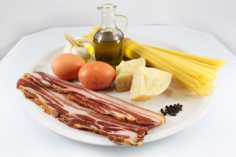 Ancora vita con i prodotti per spaghetti Carbonara immagini stock libere da diritti