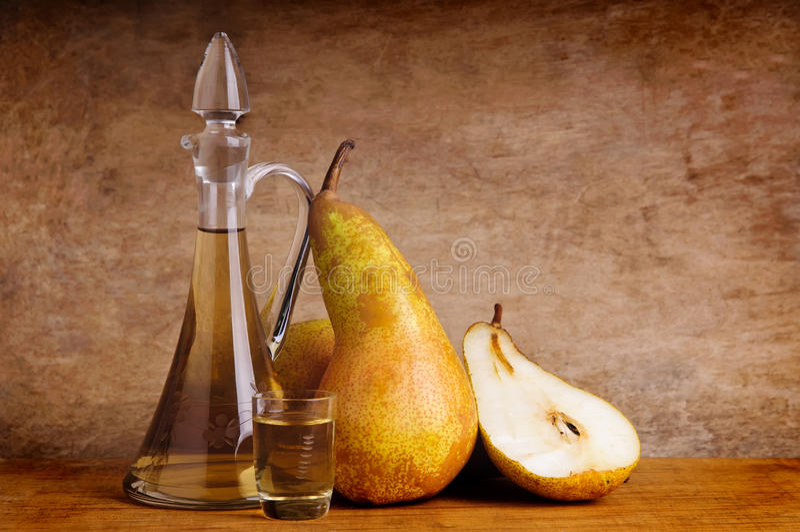 Ancora vita con il brandy tradizionale della frutta immagini stock libere da diritti