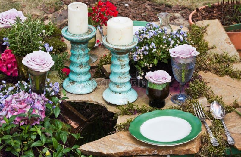 Ancora vita con le candele ed i fiori immagini stock