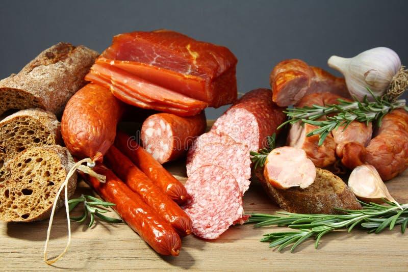 Ancora vita con salame, il baguette ed il rosmarino. fotografia stock libera da diritti