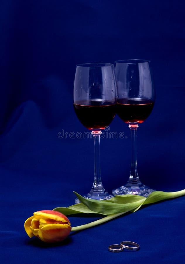 Ancora-vita con un tulipano, anelli di cerimonia nuziale immagini stock libere da diritti