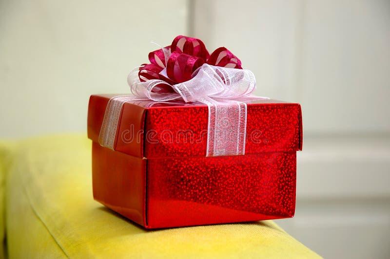 Ancora vita - contenitore di regalo rosso fotografie stock libere da diritti