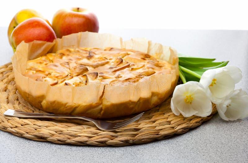 Ancora vita del grafico a torta, delle mele e dei tulipani di mela immagine stock libera da diritti