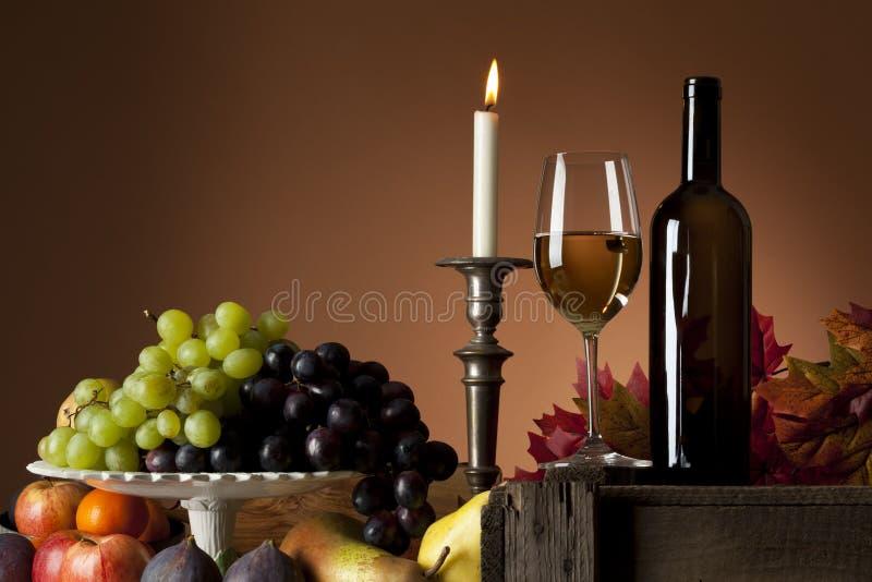 Ancora-vita della frutta e del vino bianco immagini stock