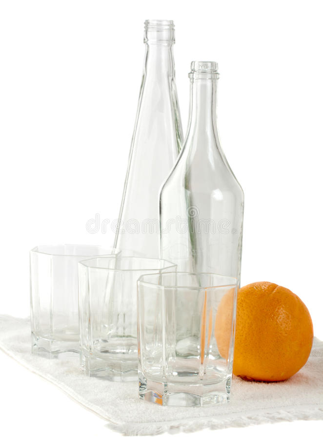Ancora vita: vetri da bottiglia ed arancio vuoti immagine stock libera da diritti