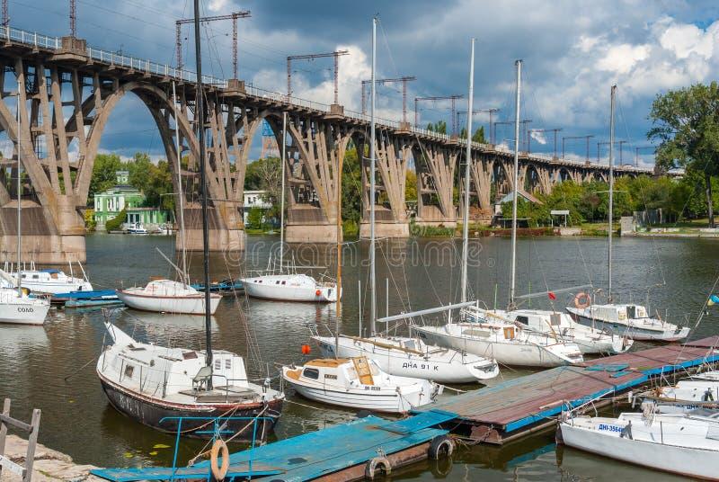 Ancoraggio dell'yacht club al ponte a arco alla stagione di caduta fotografie stock