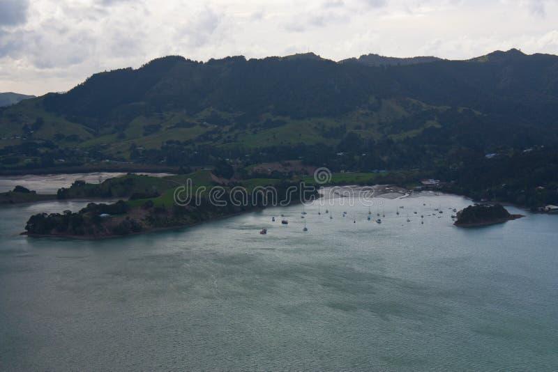 Ancorando barcos em uma baía na ilha norte em Nova Zelândia fotos de stock
